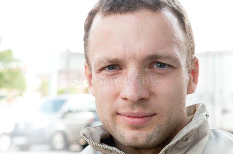 Retrato do homem ligeiramente de sorriso dos jovens imagem de stock royalty free