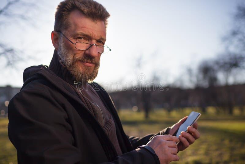Retrato do homem maduro com a barba no parque imagem de stock royalty free