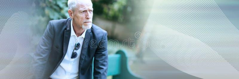 Retrato do homem maduro pensativo; bandeira panorâmico foto de stock