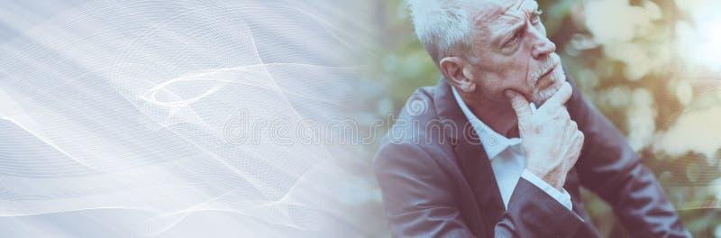 Retrato do homem maduro pensativo, efeito da luz; bandeira panorâmico fotos de stock royalty free