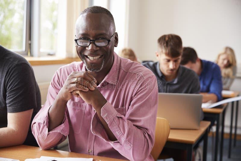 Retrato do homem maduro que atende à classe do ensino para adultos foto de stock