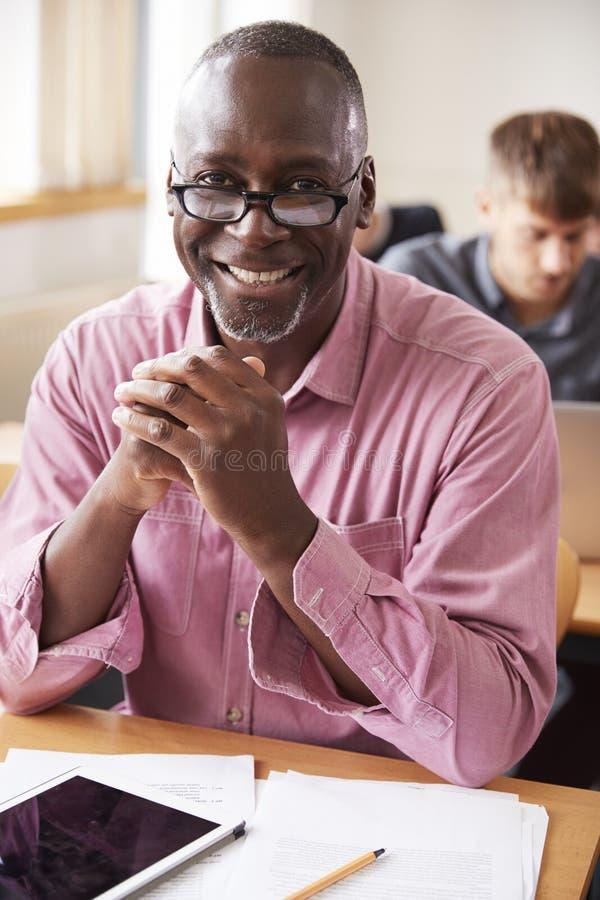 Retrato do homem maduro que atende à classe do ensino para adultos imagem de stock royalty free