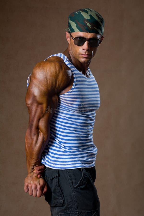 Retrato do homem muscular em uma camisa listrada. foto de stock royalty free