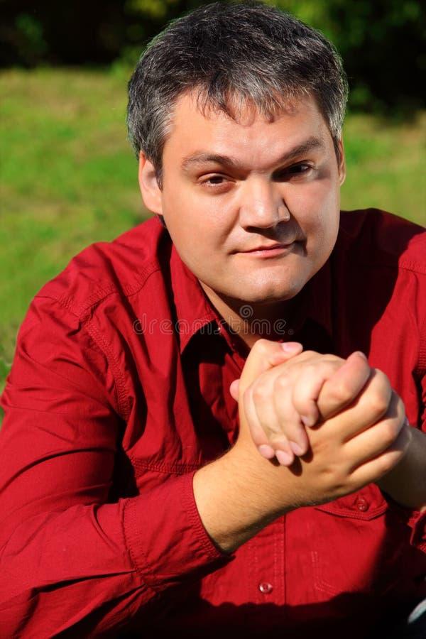 Retrato do homem na camisa vermelha ao ar livre imagem de stock royalty free