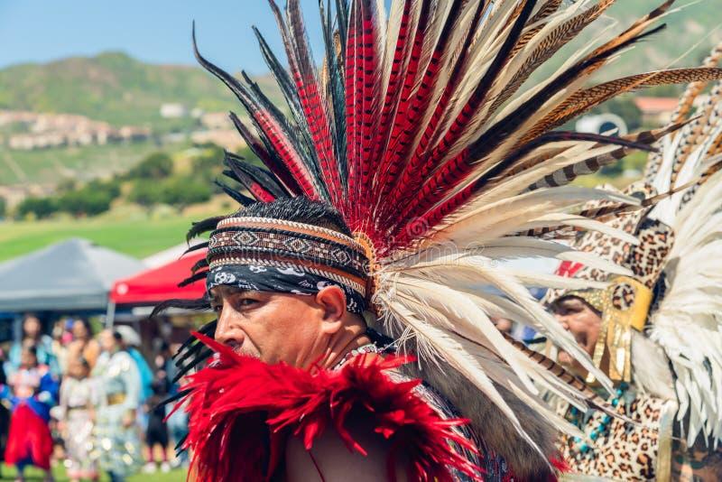 Retrato do homem do nativo americano na insígnia real completa Powwow 2019 do dia de Chumash e recolhimento intertribal em Malib fotografia de stock royalty free