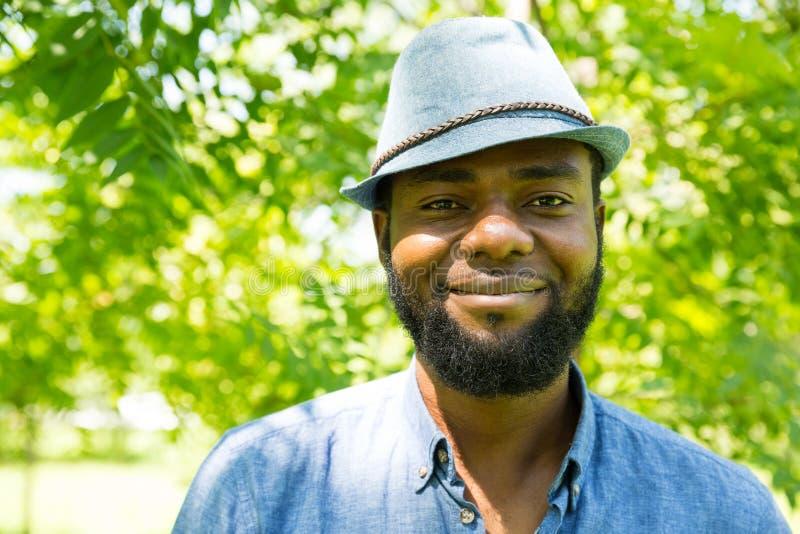 Retrato do homem negro alegre afro-americano que sorri na natureza fotografia de stock