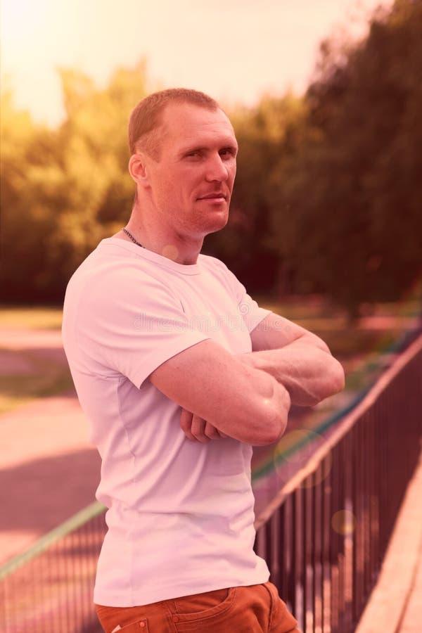 Retrato do homem no t-shirt branco fotografia de stock