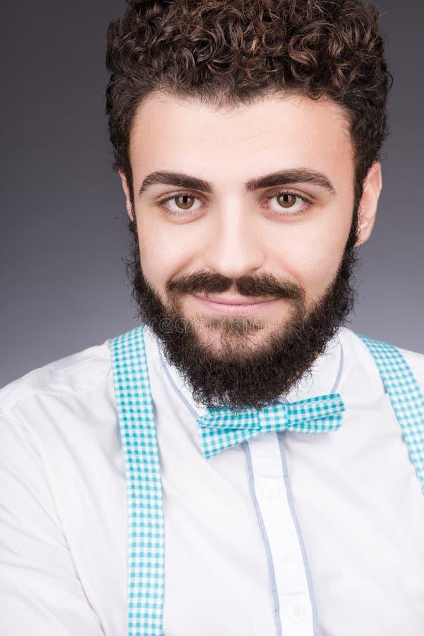 Retrato do homem novo à moda na camisa e no laço brancos Cabelo escuro encaracolado fotos de stock