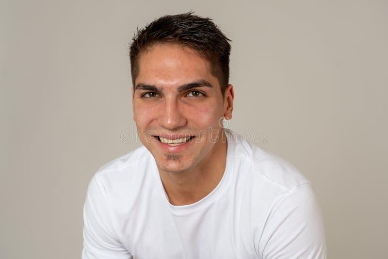 Retrato do homem novo alegre atrativo com a cara feliz de sorriso Express?es e emo??es humanas fotografia de stock