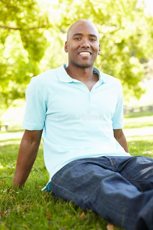 Retrato do homem novo ao ar livre fotos de stock royalty free