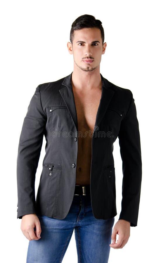 Retrato do homem novo atrativo descamisado com casaco de cabedal fotografia de stock