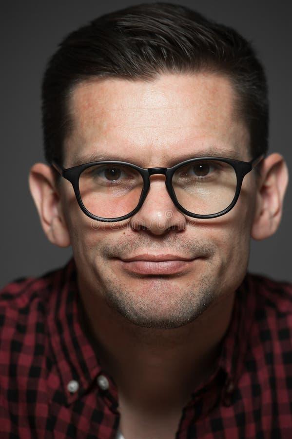 Retrato do homem novo bonito do moderno na camisa de manta foto de stock