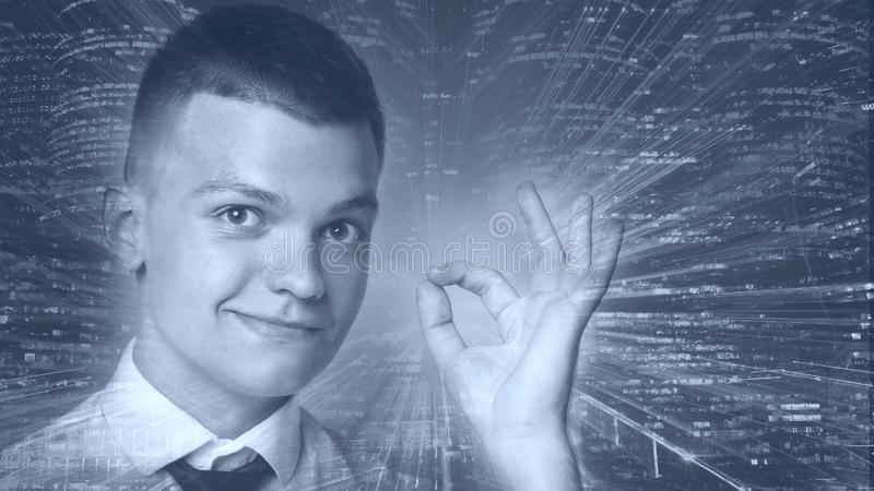 Retrato do homem novo com cabelo escuro Conceito alta tecnologia espaço da cópia da exposição dobro da imagem imagens de stock