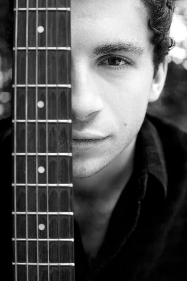 Retrato do homem novo com guitarra foto de stock royalty free
