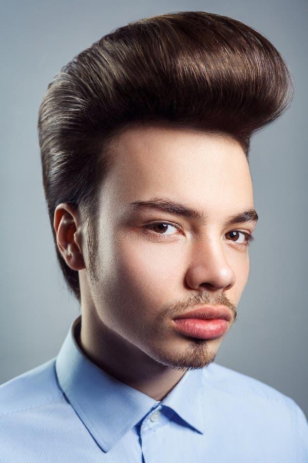 Retrato do homem novo com penteado clássico retro do pompadour imagem de stock