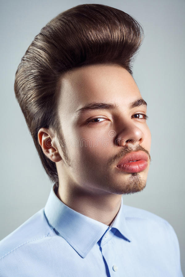 Retrato do homem novo com penteado clássico retro do pompadour fotos de stock