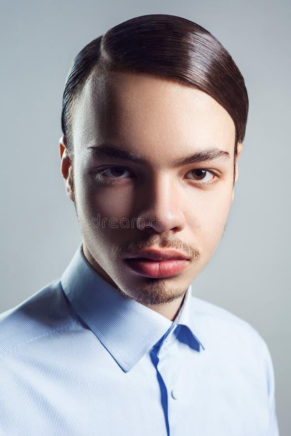 Retrato do homem novo com penteado clássico retro Tiro do estúdio fotos de stock