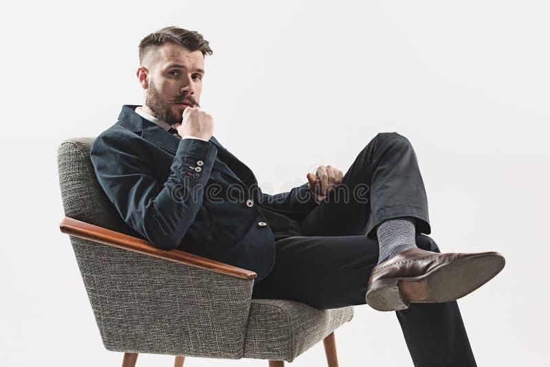 Retrato do homem novo considerável à moda fotografia de stock royalty free