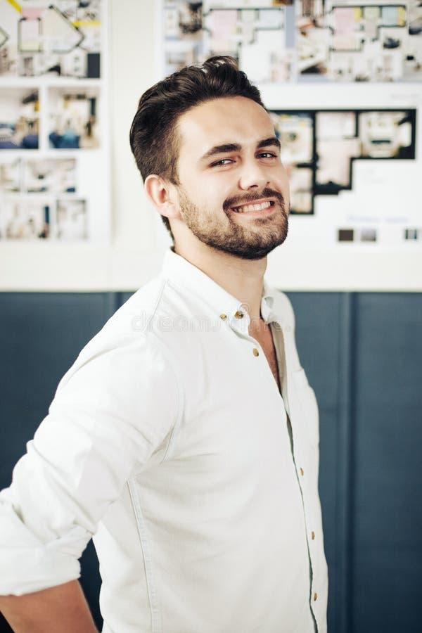 Retrato do homem novo considerável à moda isolado no fundo branco imagem de stock