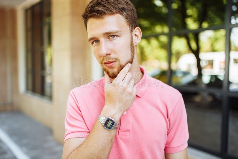 Retrato do homem novo considerável com a barba no retorno da cidade imagem de stock royalty free