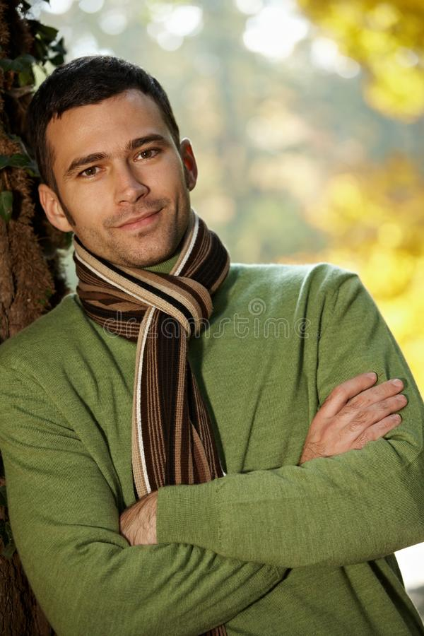 Retrato do homem novo considerável no parque do outono imagem de stock