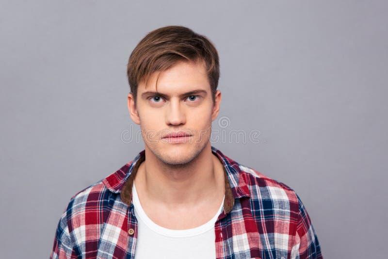Retrato do homem novo considerável sério na camisa quadriculado foto de stock