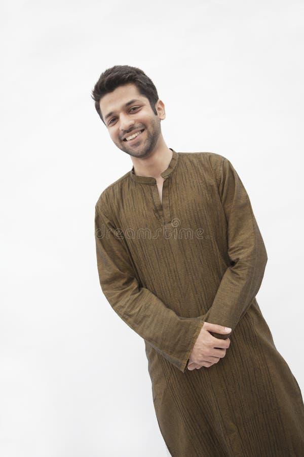 Retrato do homem novo de sorriso que veste a roupa tradicional de Paquistão, tiro do estúdio fotos de stock