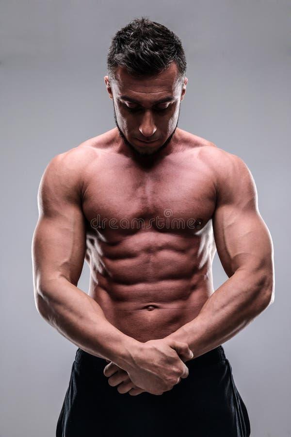 Retrato do homem novo do bodybuilder foto de stock royalty free