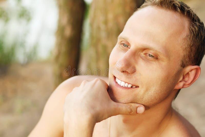 Retrato do homem novo em ao ar livre fotos de stock royalty free
