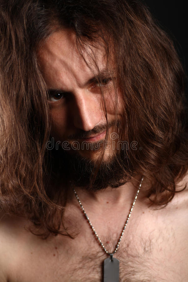 Retrato do homem novo em topless que sorri com seu imagens de stock royalty free