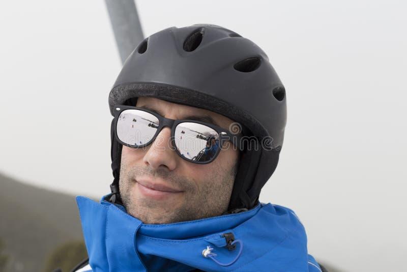Retrato do homem novo farpado com óculos de sol, elevações à parte superior foto de stock royalty free