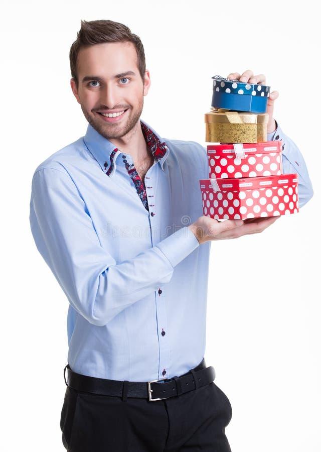 Retrato do homem novo feliz com presentes. foto de stock royalty free