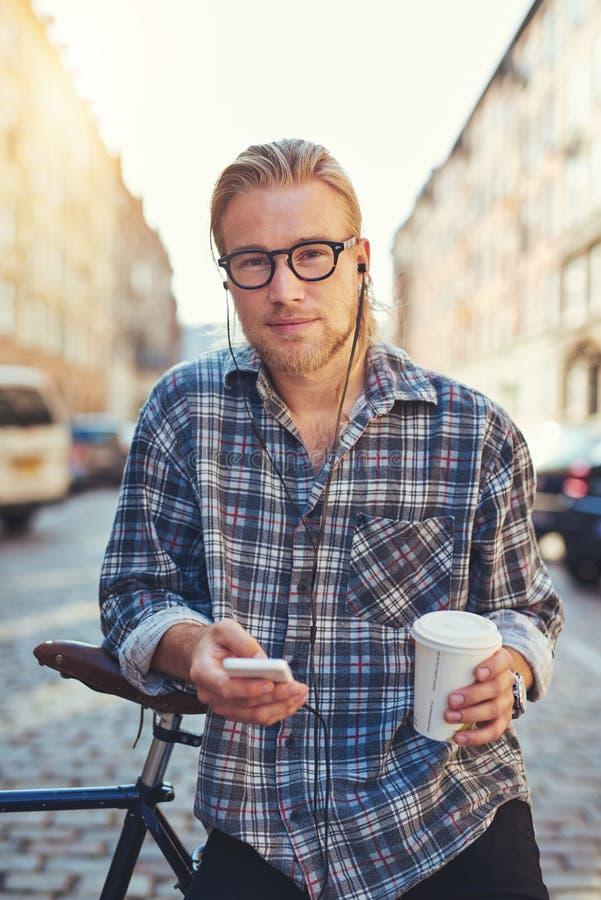 Retrato do homem novo fresco que vive na cidade imagens de stock
