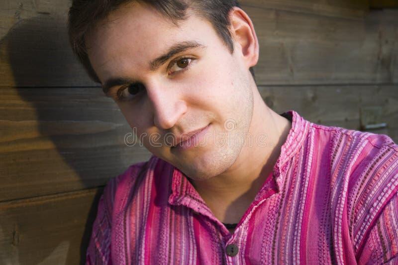 Retrato do homem novo na camisa cor-de-rosa imagens de stock