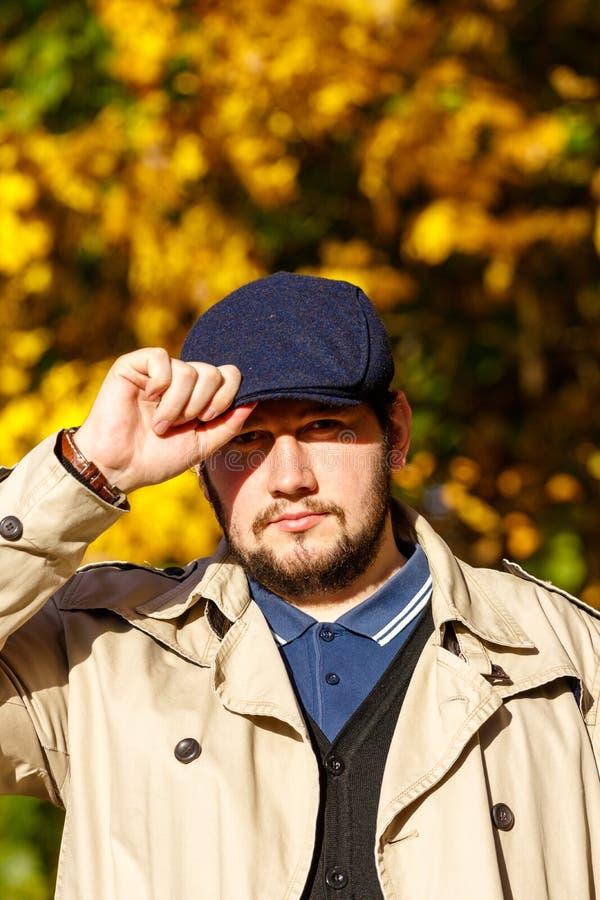 Retrato do homem novo na floresta do outono fotos de stock
