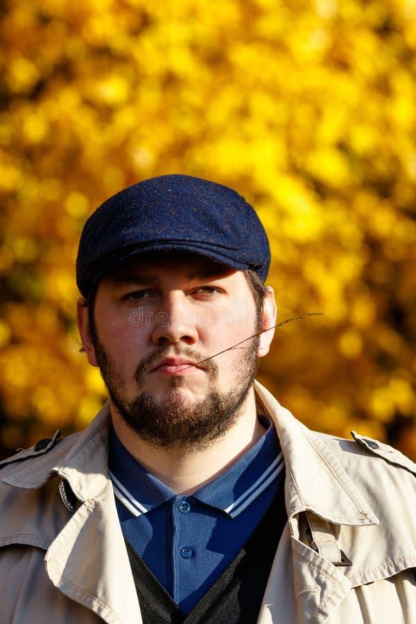 Retrato do homem novo na floresta do outono foto de stock