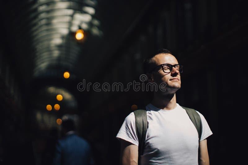 Retrato do homem novo na frente da passagem fotos de stock