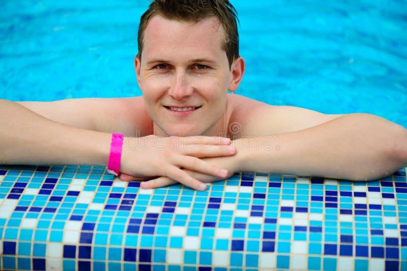 Retrato do homem novo na piscina imagens de stock