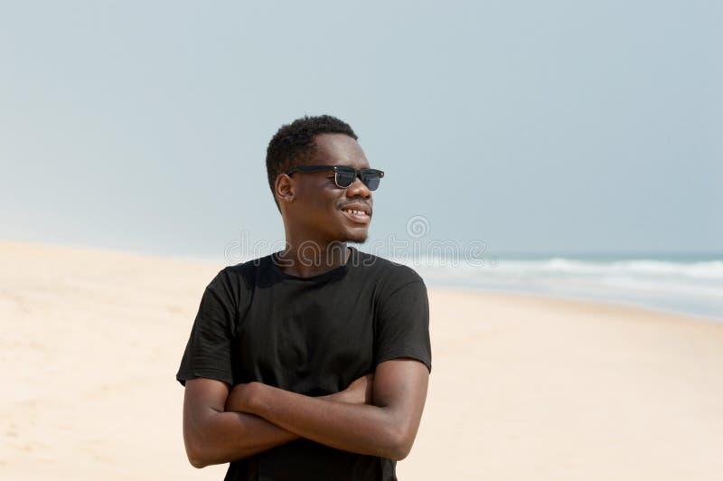 Retrato do homem novo na praia imagem de stock