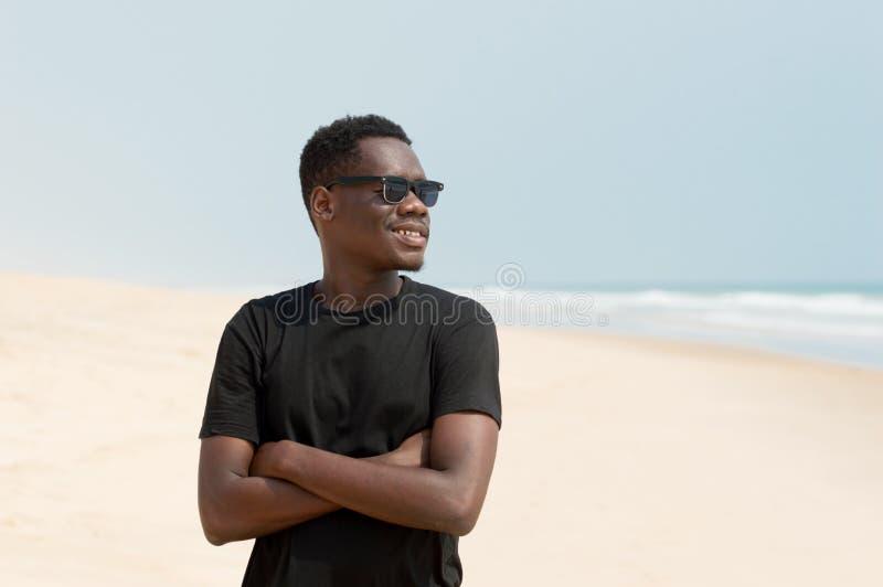 Retrato do homem novo na praia foto de stock