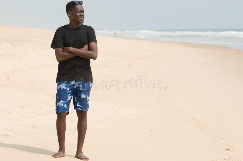 Retrato do homem novo na praia fotos de stock royalty free
