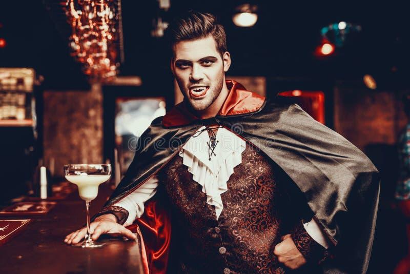 Retrato do homem novo no traje do vampiro no partido imagens de stock royalty free