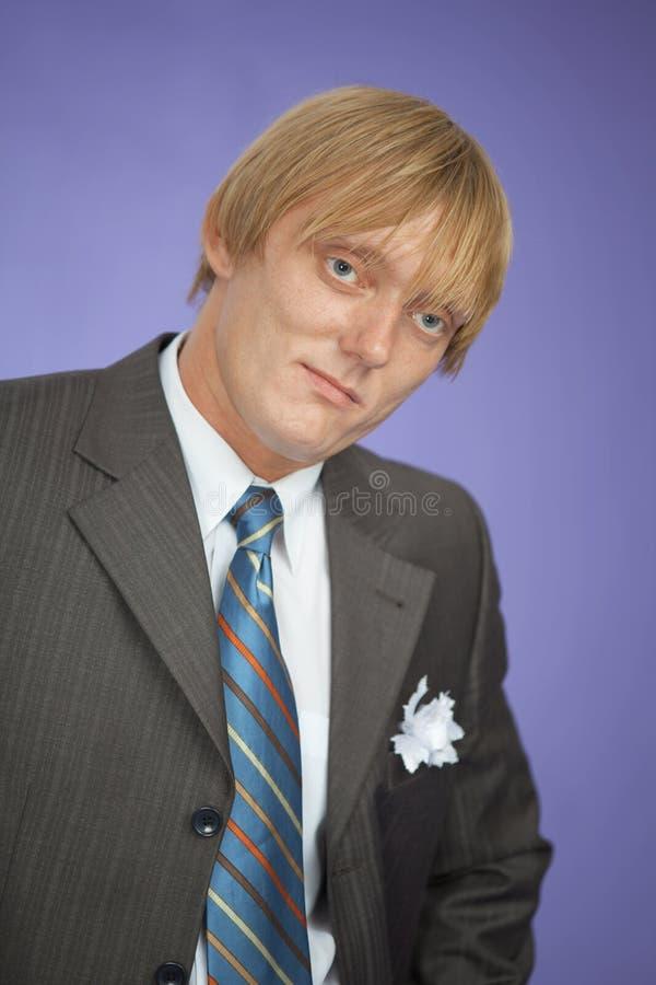Retrato do homem novo - noivo na violeta fotos de stock royalty free