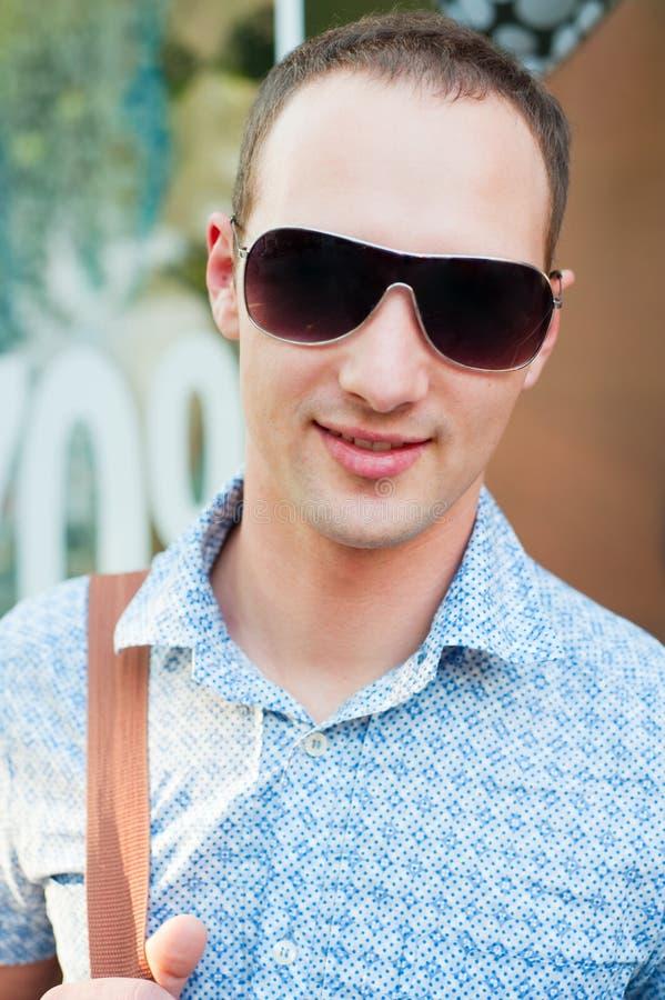Retrato do homem novo nos óculos de sol fotos de stock royalty free