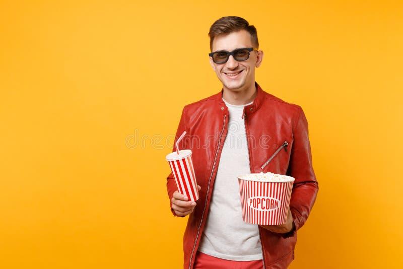 Retrato do homem novo nos vidros 3d, casaco de cabedal vermelho da moda, filme de filme de observação do t-shirt, guardando a pip fotografia de stock