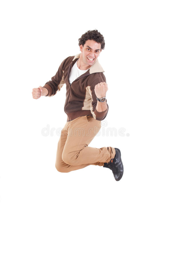 Retrato do homem novo ocasional ectático que salta com as mãos levantadas foto de stock royalty free