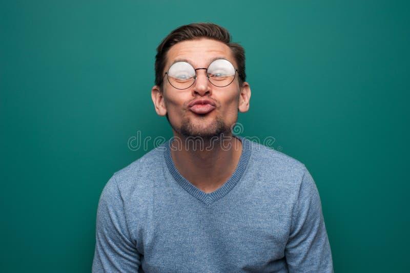 Retrato do homem novo positivo engraçado com vidros fotografia de stock royalty free