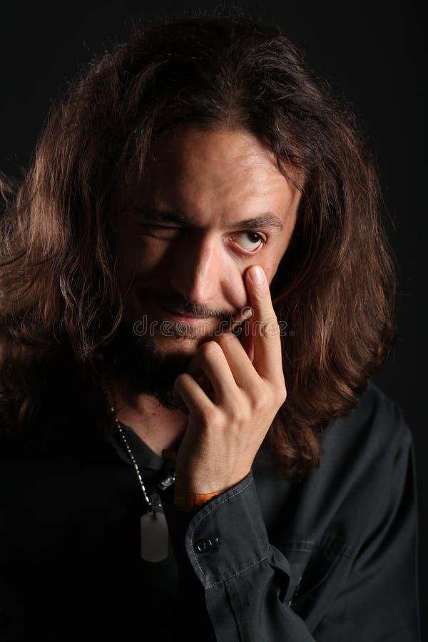 Retrato do homem novo que estica sua mais baixa tampa do olho fotos de stock royalty free