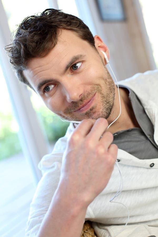 Retrato do homem novo que fala no telefone fotos de stock royalty free