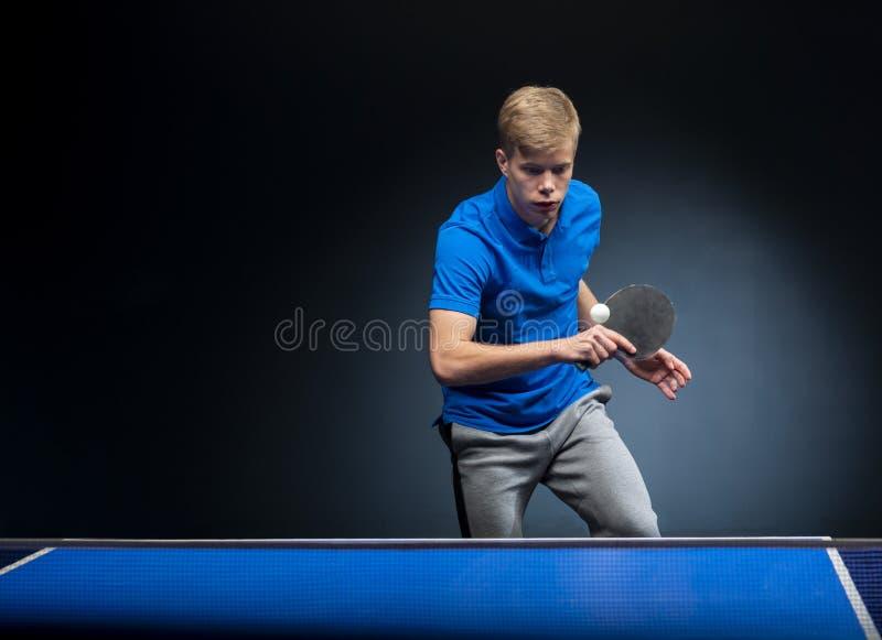 Retrato do homem novo que joga o tênis fotografia de stock